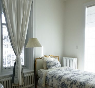 Lits à proximité des fenêtres : un choix à faire ou non ?
